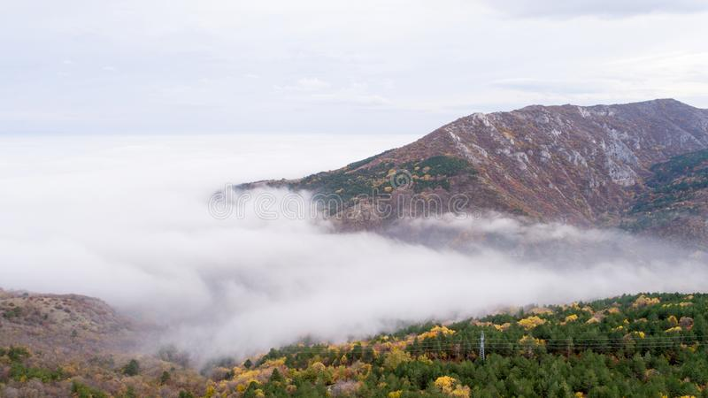 Berg med mycket mist royaltyfria bilder