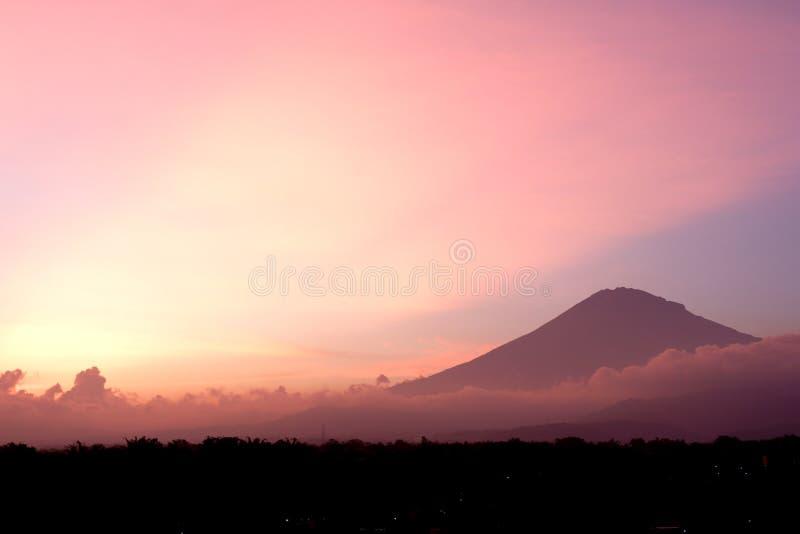 Berg med röd himmel- och molnbakgrund royaltyfri foto
