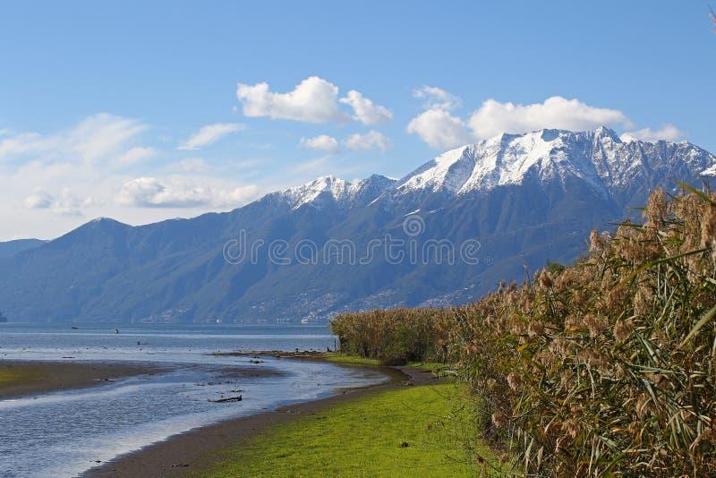 Berg med snö-, flod- och sjölandskap arkivfoto