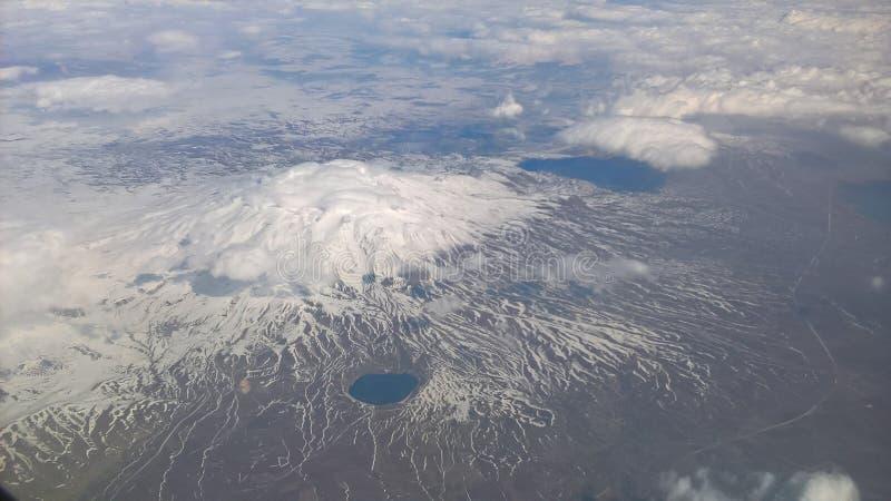 Berg med snölocket royaltyfri bild