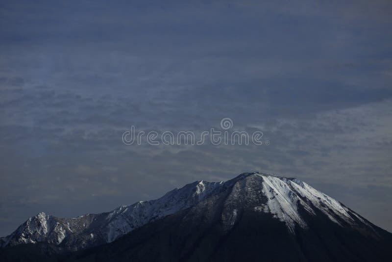 Berg med snön arkivbild