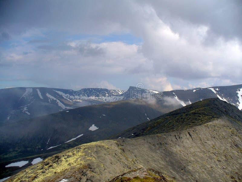 Berg, meer, bos en bewolkte hemel stock afbeelding