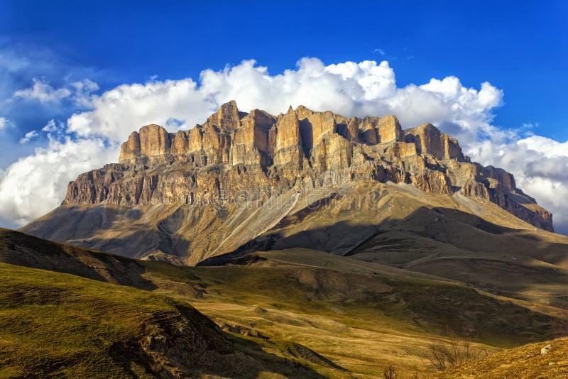 Berg Mehtygen im Kaukasus in Kabardino-Balkarien, Russland lizenzfreie stockfotos