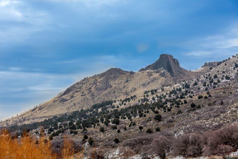 Berg met blauwe hemel en wolken stock fotografie