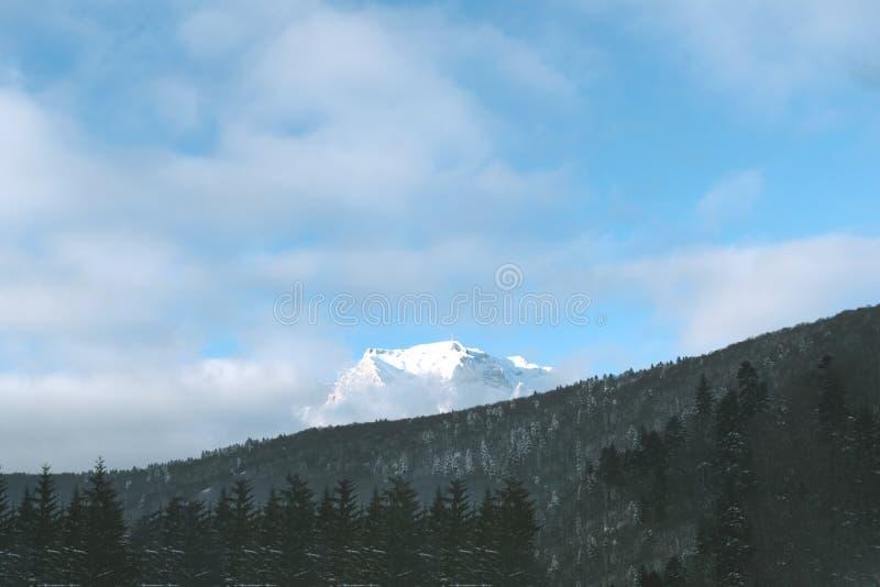 Berg met Sneeuw royalty-vrije stock fotografie