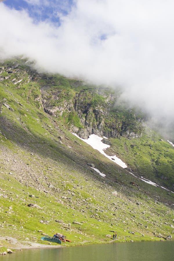 Berg met sneeuw door het meer in de zomer royalty-vrije stock fotografie