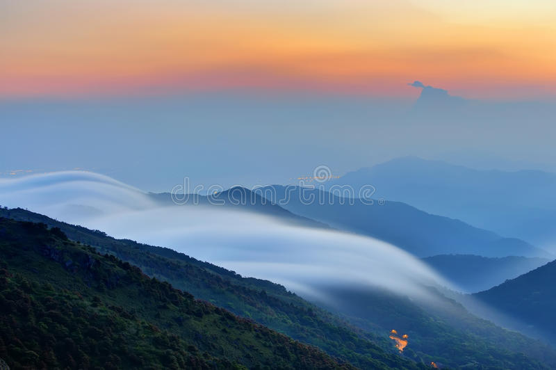 Berg met wolk stock foto's