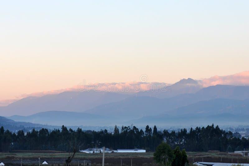 Berg met Wolken in zonsopgang royalty-vrije stock fotografie