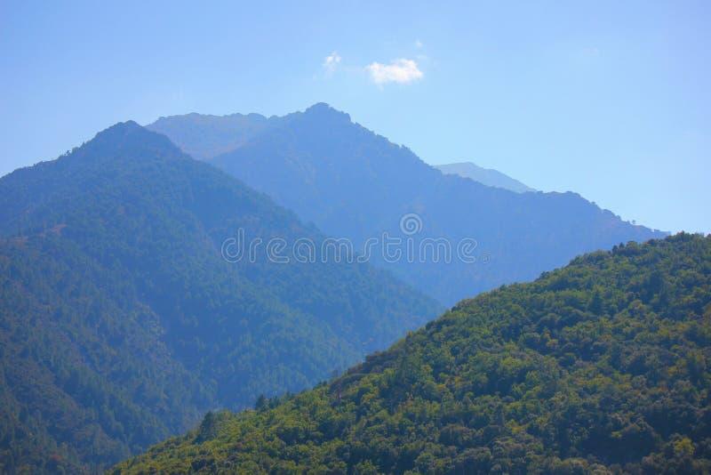 Berg mit blauem Himmel lizenzfreies stockfoto