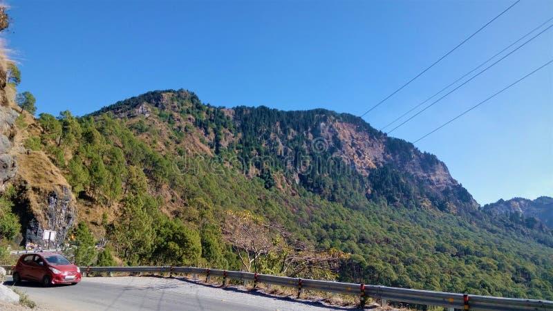 Berg mit blauem Himmel stockbild