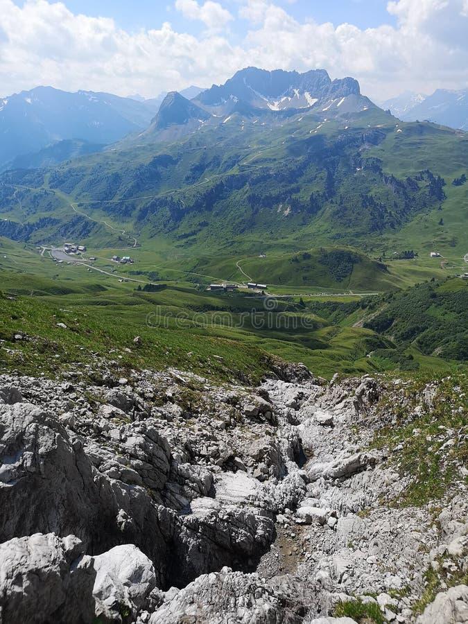 Berg mit einem Tal lizenzfreie stockfotos