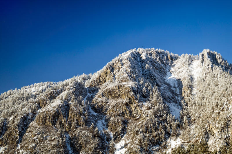 Berg mit Schnee stockfoto