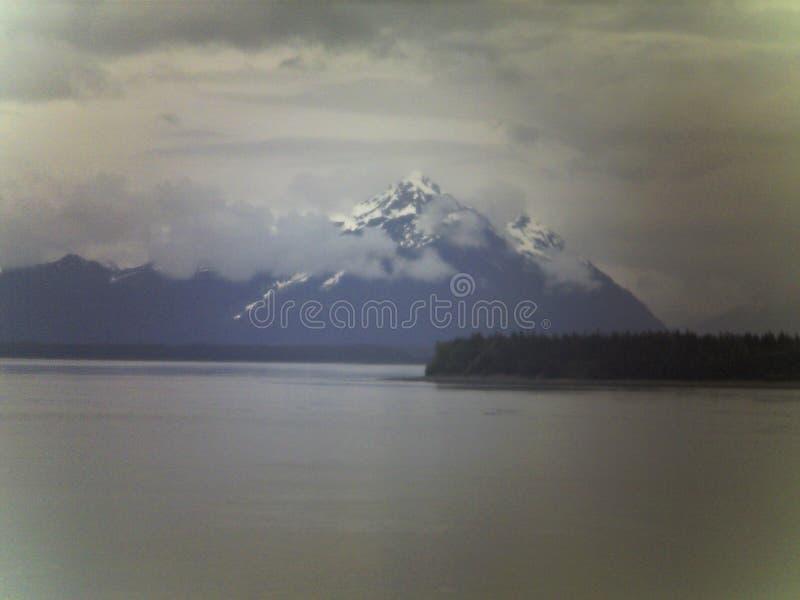 Berg mit Wolken in Alaska stockbilder