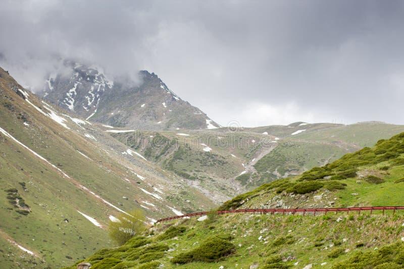 Berg nära den Almaty staden, Tien Shan, Kasakhstan royaltyfri fotografi