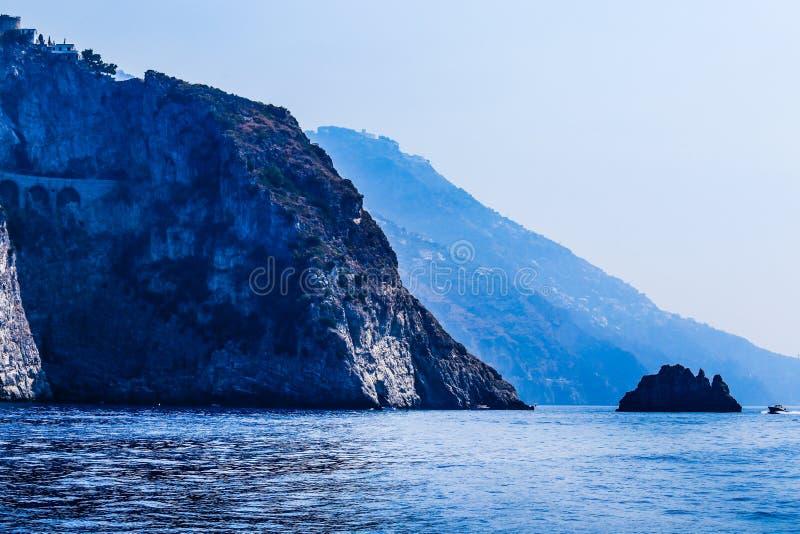 Berg nära staden Positano Amalfi kust fotografering för bildbyråer