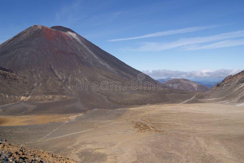 Berg Ngauruhoe an einem sonnigen Tag stockfotos