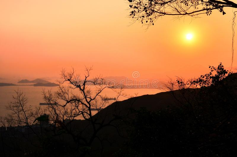 Berg- och ösikt runt om Hong Kong Victoria Peak på solnedgången arkivbild