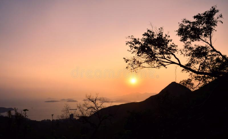Berg- och ösikt runt om Hong Kong Victoria Peak på solnedgången fotografering för bildbyråer