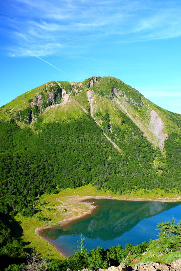 Berg och blått damm royaltyfri foto