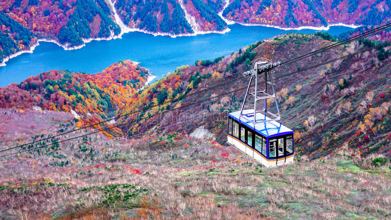 Berg och daikanboropeway i Japan den alpina rutten royaltyfri bild