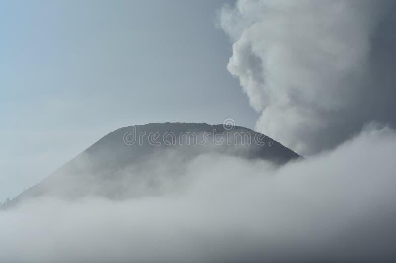 Berg och dimma royaltyfria bilder