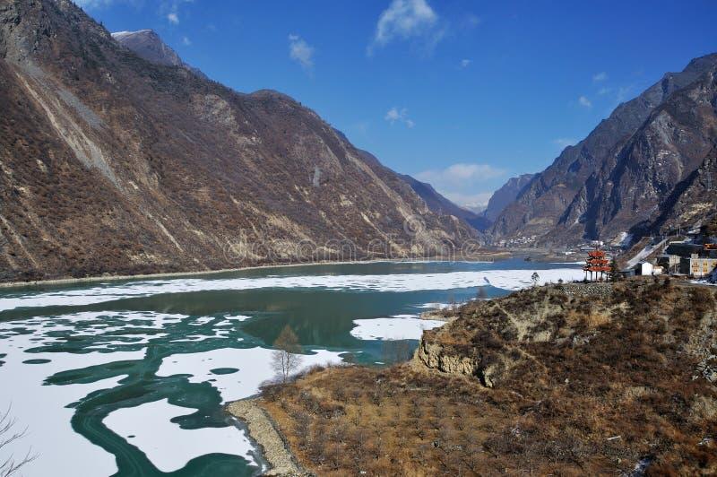 Berg och en djupfryst sjö Vinter i det nordliga Sichuan landskapet, Kina arkivbild