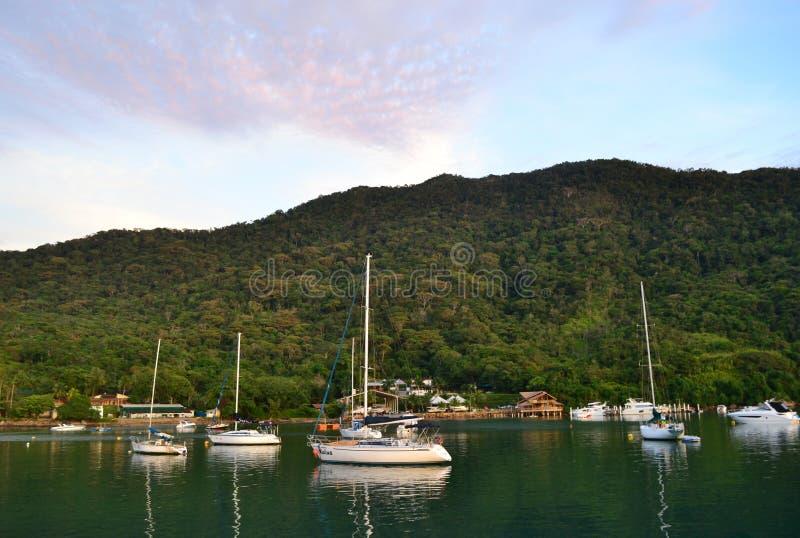 Berg och fartyg på havet arkivfoto
