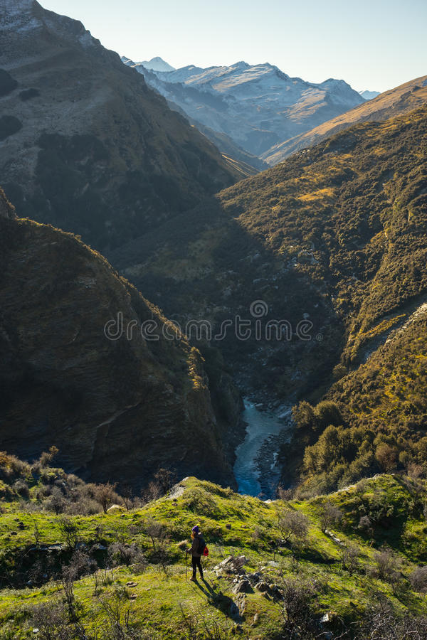 Berg- och flodliggande royaltyfri foto