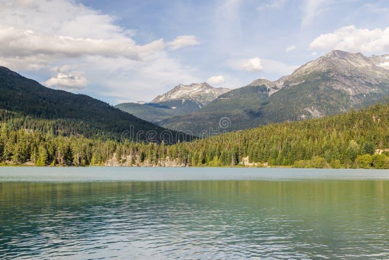 Berg och grön sjö nära Whistler Kanada fotografering för bildbyråer