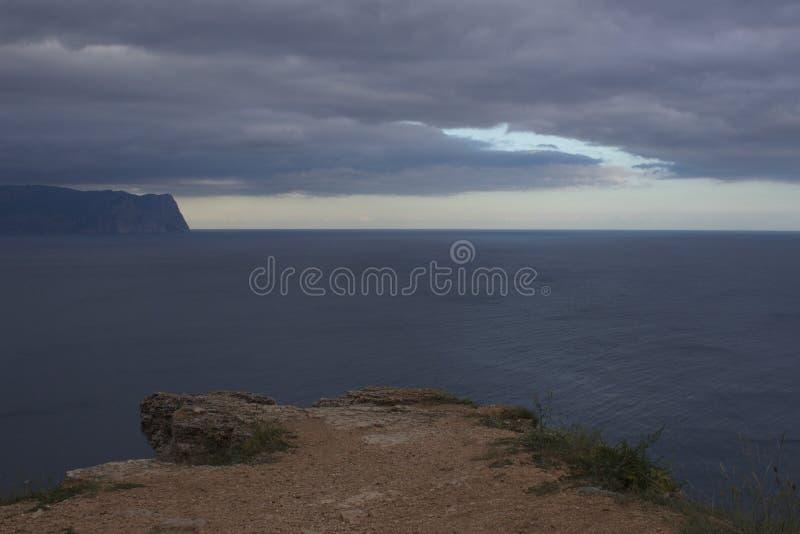 Berg och havslandskap fotografering för bildbyråer
