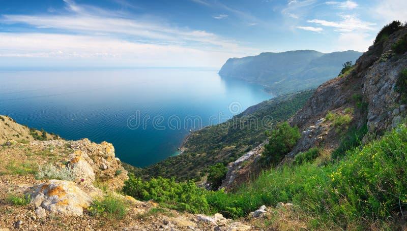 Berg- och havspanorama royaltyfri bild