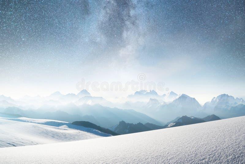 Berg och himmel med stjärnor Naturligt landskap i bergregion på vintertiden fotografering för bildbyråer