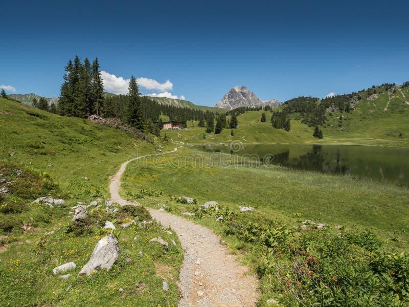 Berg och Koerbersee sjön runt om byn Schroecken royaltyfria bilder