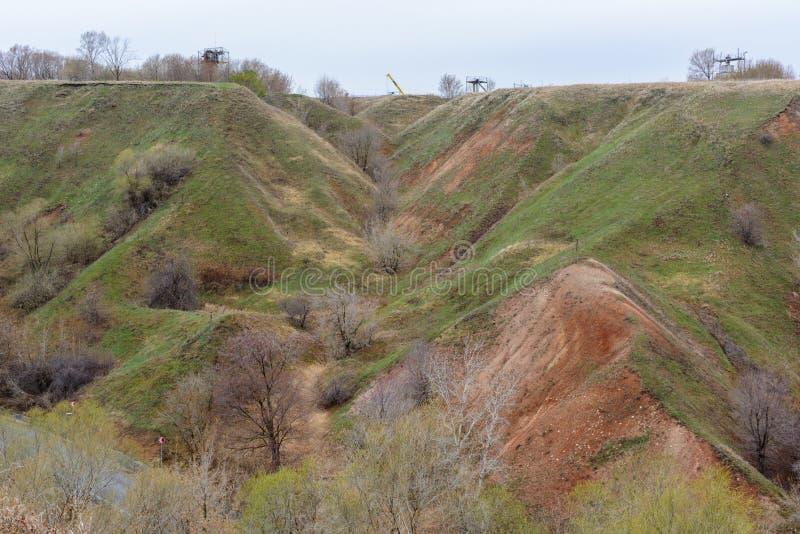 Berg och kullar på kusten av floden Volga Härliga modeller av vaggar, ängar, grönt gräs och träd h?rligt vatten f?r blommafj?ders royaltyfria bilder