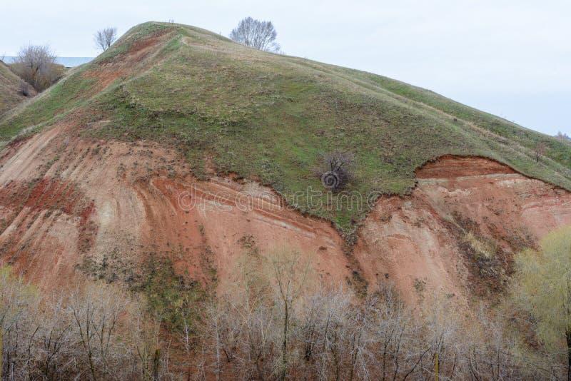 Berg och kullar på kusten av floden Volga Härliga modeller av vaggar, ängar, grönt gräs och träd h?rligt vatten f?r blommafj?ders royaltyfria foton