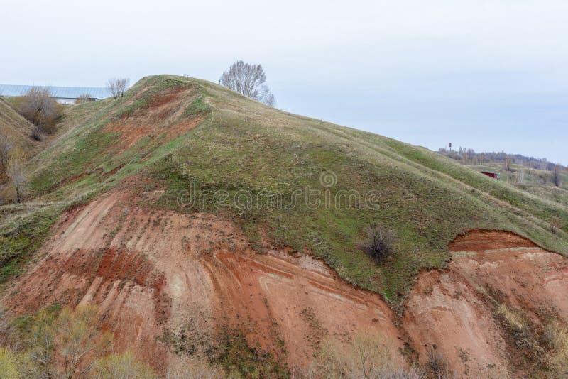 Berg och kullar på kusten av floden Volga Härliga modeller av vaggar, ängar, grönt gräs och träd h?rligt vatten f?r blommafj?ders arkivfoto