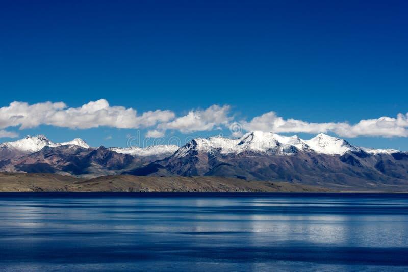 Berg och lake i denTibet platån royaltyfri bild