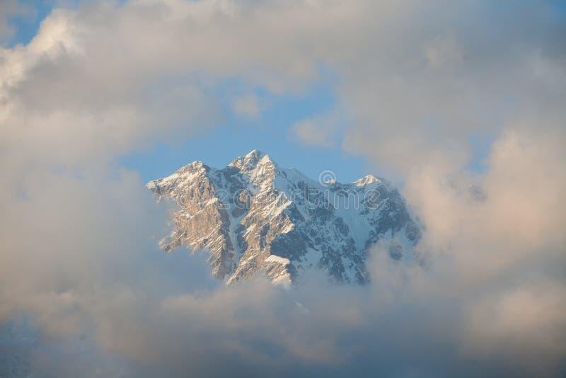 Download Berg och moln fotografering för bildbyråer. Bild av högt - 78725165