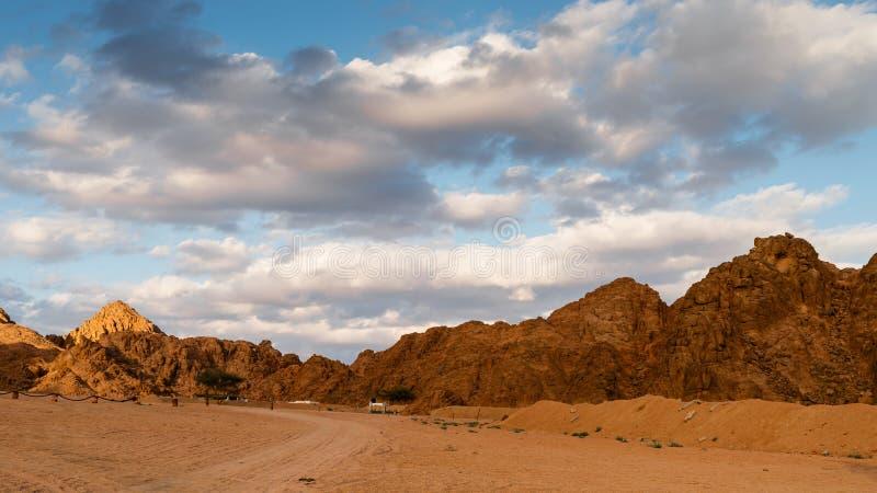 Berg och moln på solnedgången Arabisk öken, Egypten arkivfoton