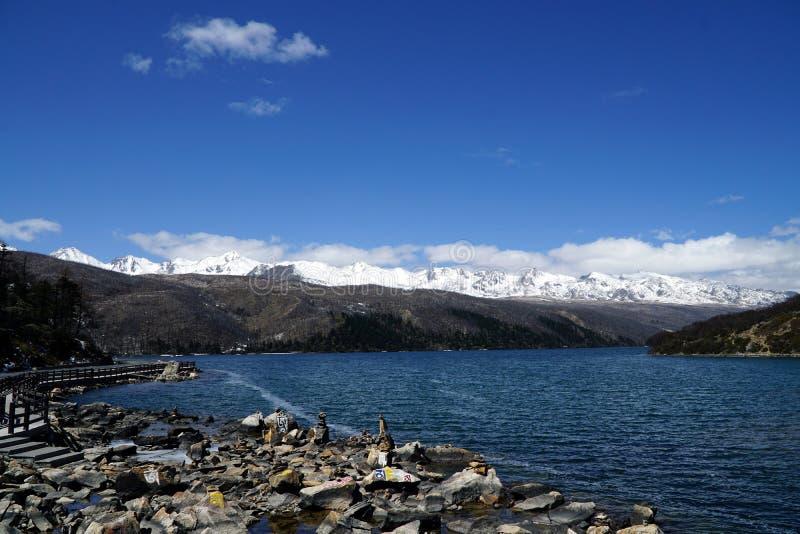 Berg och sjö arkivbild