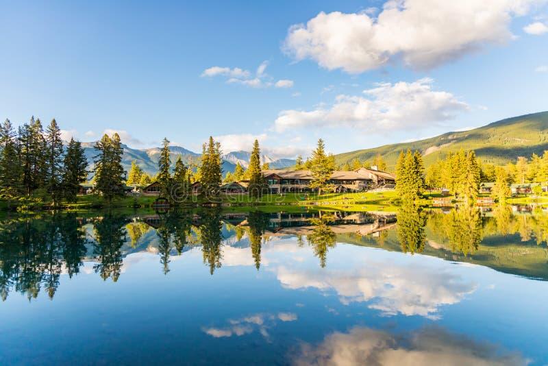 Berg och sjö med reflexion fotografering för bildbyråer