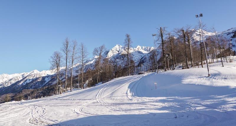 Berg och skidar lutningar av skidaområdet av Rosa Khutor, Sochi fotografering för bildbyråer