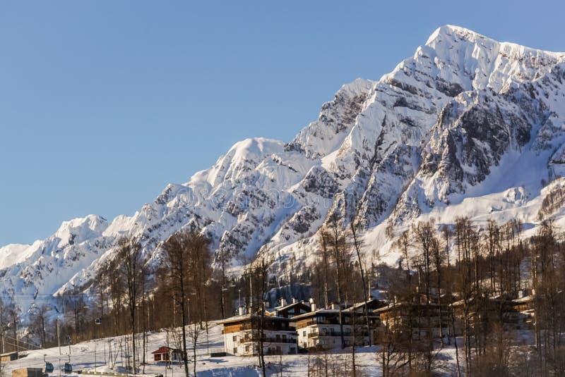 Berg och skidar lutningar av skidasemesterorten Rosa Khutor, Sochi royaltyfri foto