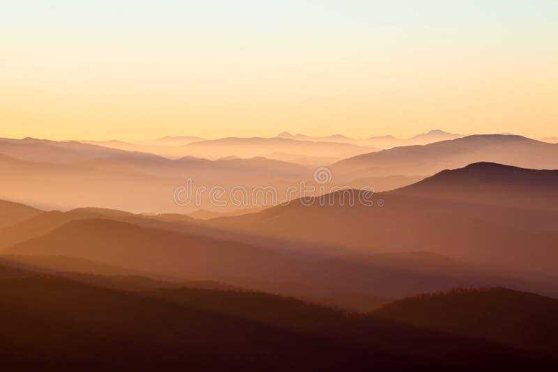 Berg och sol royaltyfri fotografi