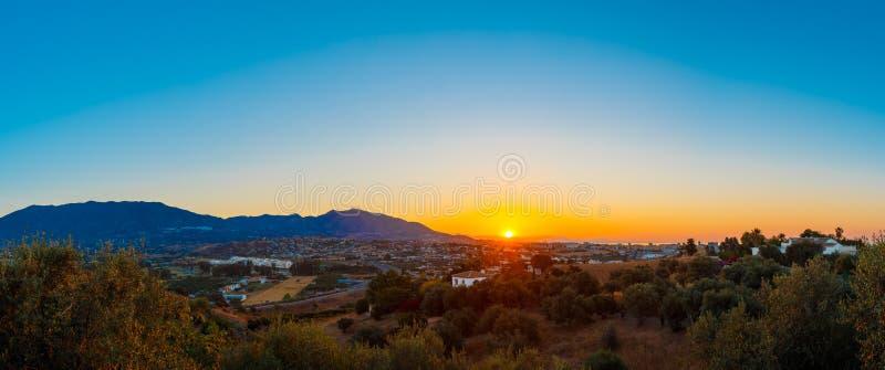 Berg och solnedgång på Mijas, Spanien Mörk kontur av berget royaltyfri bild