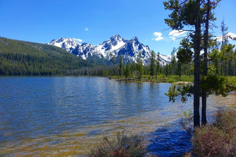 Berg och Stanley Lake för Sawtooth för Idaho ` s arkivbilder
