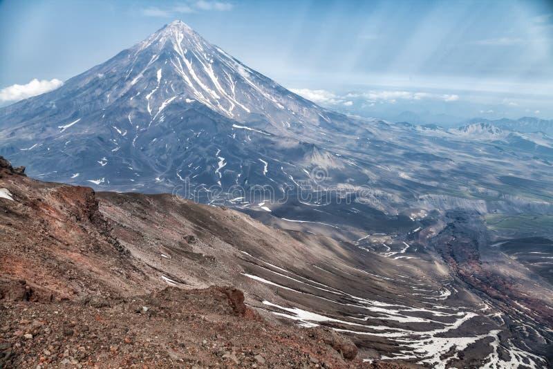Berg och volcanoes Härligt landskap av Kamchatka Penins arkivbild