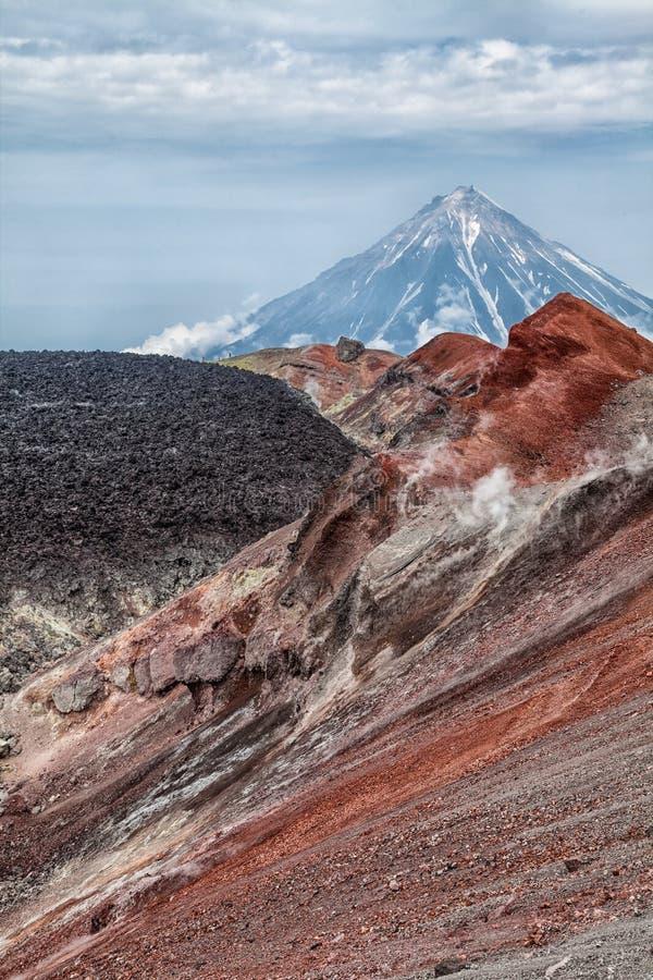 Berg och volcanoes Härligt landskap av Kamchatka Penins arkivfoto