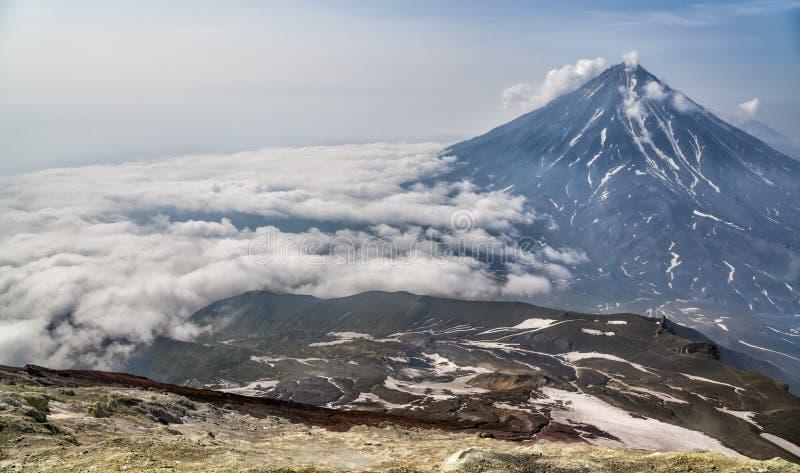 Berg och volcanoes Härligt landskap av Kamchatka Penins royaltyfria bilder