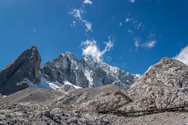 Berg onder de blauwe hemel stock fotografie